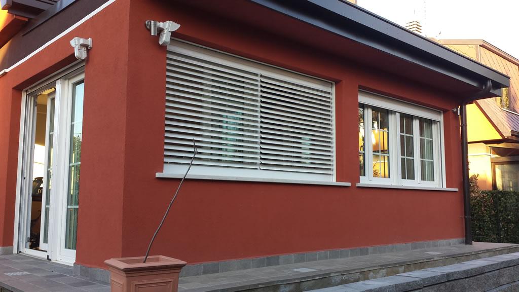 Finestra e porta finestra in pvc con vetro blindato arese for Finestre pvc con tapparelle