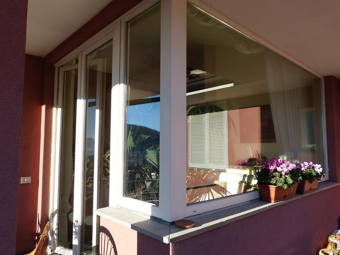 Porta finestra in pvc a battente con vetrata