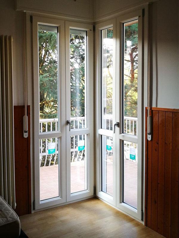 Portefinestre e cassonetti in pvc in una villetta di pavia mdb serramenti - Finestre doppio vetro con gas ...